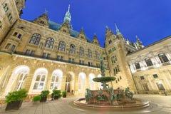 Nowy urzędu miasta podwórze w Hamburg przy nocą, Niemcy zdjęcie stock