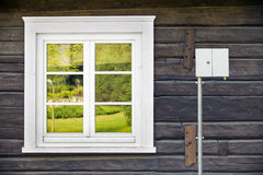 Nowy włókno światłowodowe interneta pudełko na starym wiejskim domu obrazy royalty free