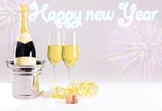Nowy Year&-x27; s wigilii świętowanie z szampanem przed błękitnym tłem zdjęcia royalty free