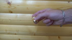 Nowy złocisty wiercipięta statek orbitalny, wiruje w ręce młody człowiek na drewnianym tle zdjęcie wideo