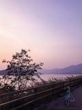 Nowy zielony retro bicykl, drogi rama, góra, jezioro i gradien Fotografia Stock