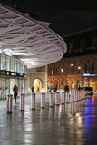 Nowych wejściowych królewiątek Przecinająca stacja kolejowa przy nocą Zdjęcia Royalty Free