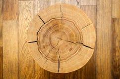 Noyau de rondin contre un plancher en bois Vue supérieure Fond, série de texture Photo stock