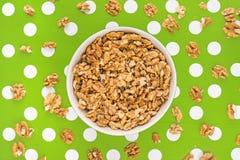 Noyaux de noix dans la cuvette sur le fond pointillé par polka Image libre de droits