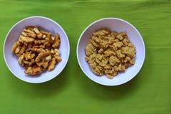 Noyaux de noix et leur pâte images libres de droits