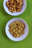 Noyaux de noix et leur p?te photographie stock
