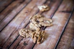 Noyaux de noix sur la vieille table en bois rustique Images libres de droits