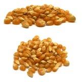 Noyaux jaunes crus et crus de maïs éclaté sur un fond blanc, deux vues photographie stock