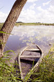 Noyez le bateau oublié. photos stock