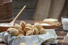 A noz deliciosa deu forma às cookies do sanduíche do biscoito amanteigado enchidas com o leite condensado do doce e desbastou por imagens de stock