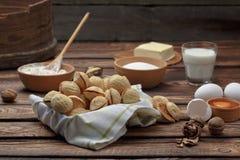 A noz deliciosa deu forma às cookies do sanduíche do biscoito amanteigado enchidas com o leite condensado do doce e desbastou por fotografia de stock