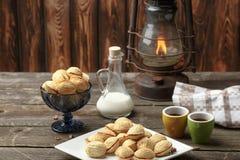 A noz deliciosa deu forma às cookies do sanduíche do biscoito amanteigado enchidas com o leite condensado do doce e desbastou por imagem de stock