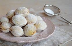 A noz deu forma a cookies com creme Biscoito amanteigado com enchimento do caramelo e das nozes Russo ou oreshki ucraniano dos do imagem de stock