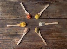 Noz-moscada, caril, paprika, cominhos, pimenta branca e cúrcuma imagens de stock