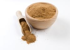 Noz-moscada mo?da ou ? terra na bacia de madeira e na colher isoladas no fundo branco Especiarias e ingredientes de alimento imagens de stock