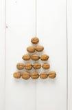 Nozes arranjadas em um formulário da pirâmide Fotografia de Stock