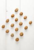 Nozes arranjadas em uma forma simétrica do rombo Imagens de Stock Royalty Free