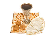 Nozes e Yarmulke do copo de Kiddush da prata de Matzoth Fotos de Stock Royalty Free