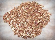 Nozes-pecã e nozes rachadas com açúcar mascavado caramelizado, th do alimento Fotografia de Stock