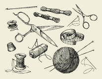 Nozioni di cucito Il filo disegnato a mano, l'ago, le forbici, palla di filato, ferri da maglia, lavora all'uncinetto Illustrazio Fotografia Stock