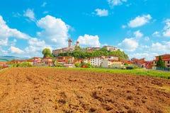 Nozzano Castello en zijn landbouwgewassen, middeleeuws dorp in de provincie van Luca, Toscanië stock afbeeldingen