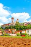Nozzano Castello en zijn landbouwgewassen, middeleeuws dorp in de provincie van Luca, Toscanië stock foto
