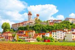 Nozzano Castello en zijn landbouwgewassen, middeleeuws dorp in de provincie van Luca, Toscanië royalty-vrije stock afbeeldingen