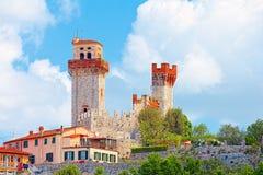 Nozzano Castello en zijn landbouwgewassen, middeleeuws dorp in de provincie van Luca, Toscanië stock fotografie