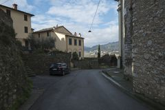 Nozzano-Stadt, Italien, Straße nahe mittelalterlichem Schloss stockfotografie