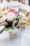 nozze banquet Fiori La composizione di rosso, di bianco e di verde, condizione su una tavola nell'area della festa nuziale immagini stock