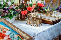 Nozze in corone e fiori dell'oro della chiesa Fotografie Stock