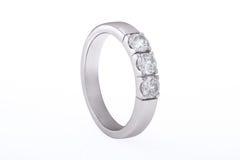 Nozze dell'oro bianco, anello di fidanzamento con i diamanti fotografie stock libere da diritti