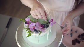 Nozze, dolce di compleanno e festivo del biscotto decorato con l'orchidea rosa e mirtillo archivi video