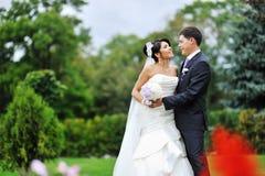 Nozze. Giovane ritratto felice dello sposo e della sposa Fotografie Stock