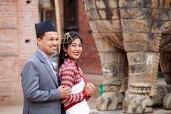 Nozze nel Nepal Foto delle spose e degli sposi nelle vie immagini stock