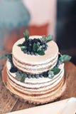 Nozze o torta di compleanno con le bacche Torta dolce sul banchetto in ristorante Fotografia Stock Libera da Diritti