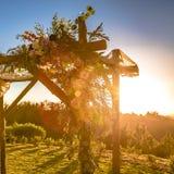 Nozze tradizionali Chuppah al tramonto su erba immagine stock