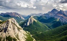 山脉在碧玉NP,加拿大的风景视图 免版税库存图片