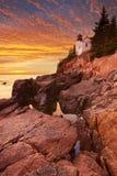 低音港口头灯塔,阿卡迪亚NP,缅因,日落的美国 免版税库存照片