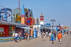 NPeople bij de Coney Island-promenade op een zonnige dag stock afbeelding