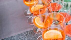 Nprocess av förberedelsen av en coctail Aperol spritz närbild royaltyfri fotografi