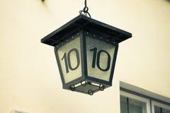 Nr. 10 auf Hauslaterne Stockbild