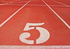Nr. 5 auf einer Rennen-Spur Stockfotografie