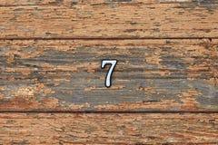 Nr. 7 auf brauner hölzerner Wand Stockfoto