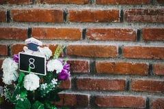 Nr. 8 Abdeckung der weißen Blume und der Backsteinmauer mit Zement stockbild