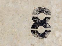 Nr. acht 8 auf Betonmauerhintergrund Lizenzfreie Stockbilder
