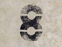 Nr. acht 8 auf Betonmauerhintergrund Stockbilder