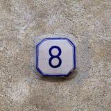 Nr. 8 acht auf blauem und weißem keramischem Zeichen Stockfotografie
