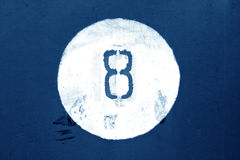 Nr. acht auf blauer Metallwand Lizenzfreies Stockbild