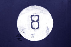 Nr. acht auf blauer Metallwand Stockfoto